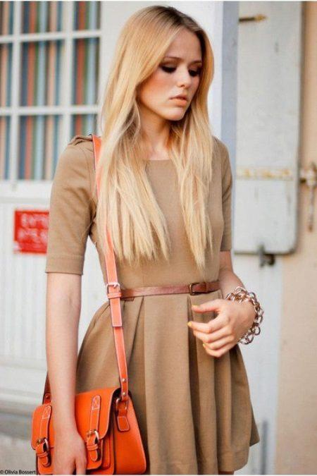 Altın saçlı bej elbise