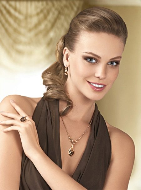 Neutral makeup til en brun kjole