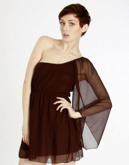Brun kjole med en ærme