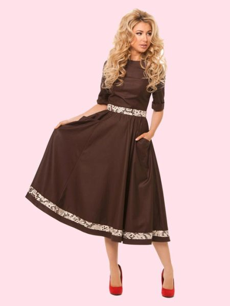 Røde sko under en brun kjole