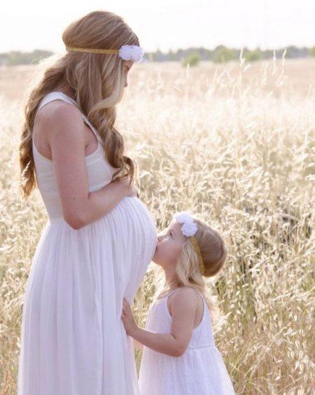 Jurk voor zwangere vrouwen - dochter kust de buik