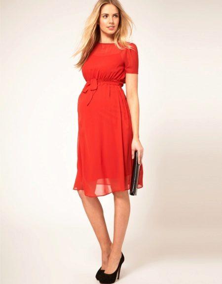 Червена рокля за майчинство с черни обувки