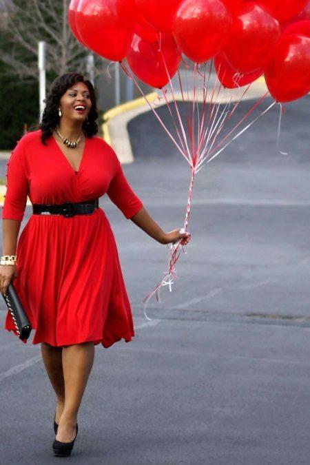 Rode jurk in combinatie met zwarte schoenen, handtas, riem voor zwaarlijvige vrouwen