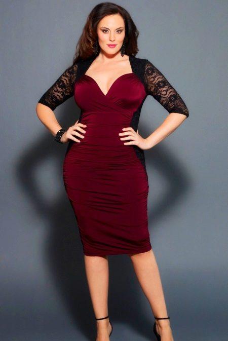 Rode jurk in combinatie met zwarte guipurekleren voor vrouwen met overgewicht