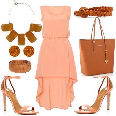 Persikka-mekko, jossa on ruskeat tarvikkeet