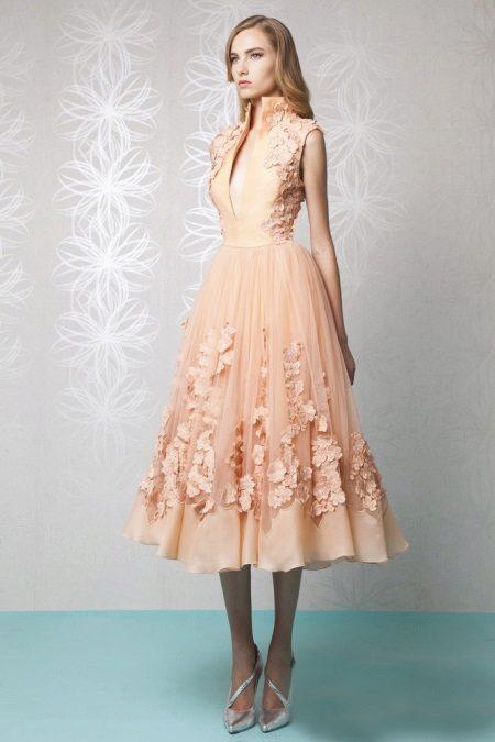 Persikka-mekko harmailla kengillä