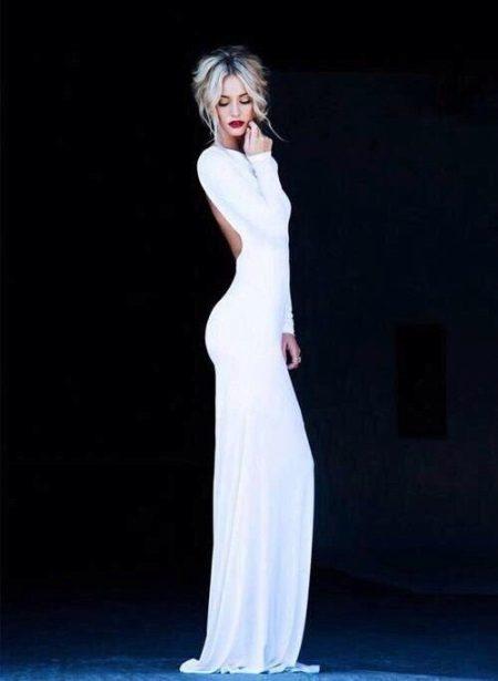 Pitkä valkoinen asennettu mekko
