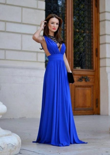 Helderblauwe lange jurk in de vloer