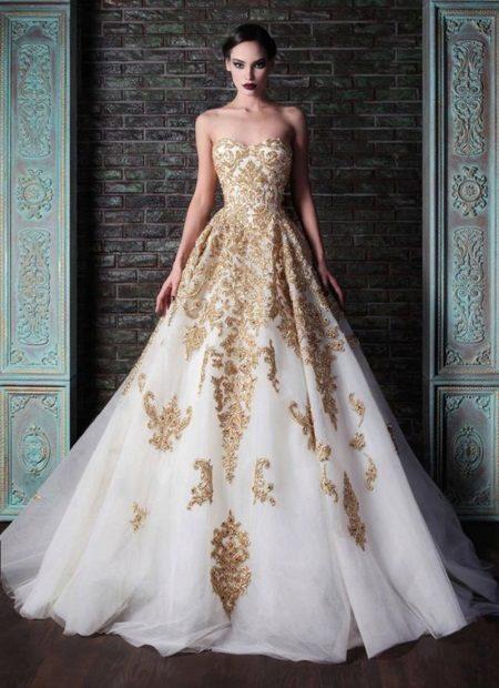 Pörröinen pitkä valkoinen mekko, jossa on pitsi