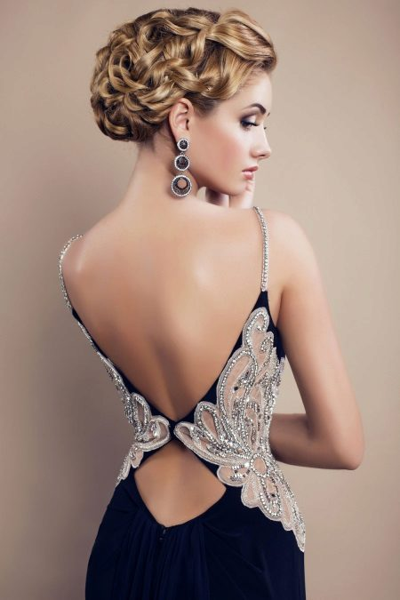 Gaun lantai-panjang dengan garis leher ganda