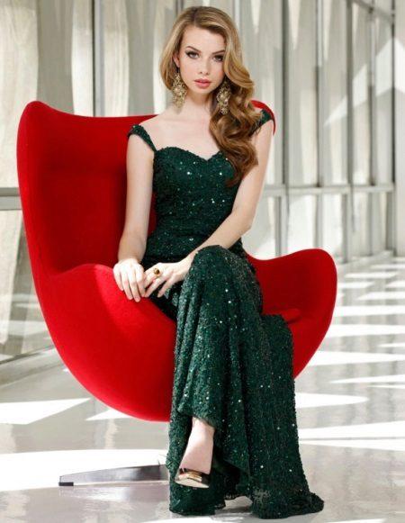Pitkä tummanvihreä kimaltava mekko, jossa on paljetteja