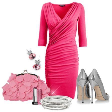 Pantofi de argint sub rochie roz