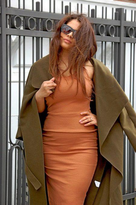 Terrakotta-mekko yhdessä oliivipeiton kanssa