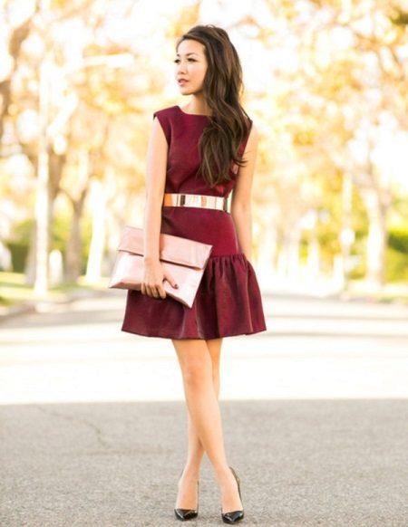 Vestido de cereja com elementos rosa