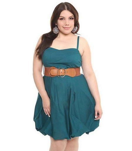 Vestido-balão para mulheres obesas com uma figura de maçã
