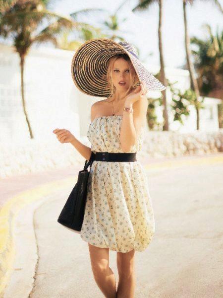 Vestido de verão-ballon em combinação com um chapéu