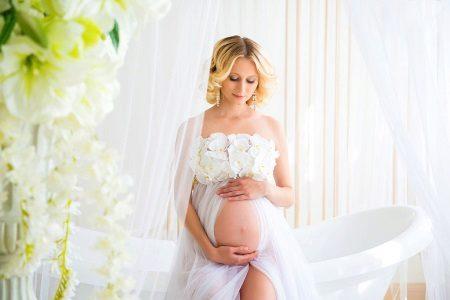 Blootstelling van de buik van een zwangere bij een fotoshoot