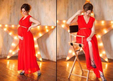 Rode jurk voor een zwangere fotoshoot