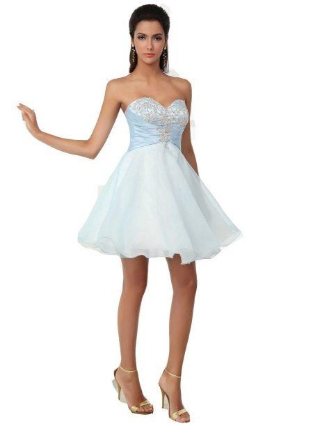 Klänning med en kort fluffig kjol och en korsett