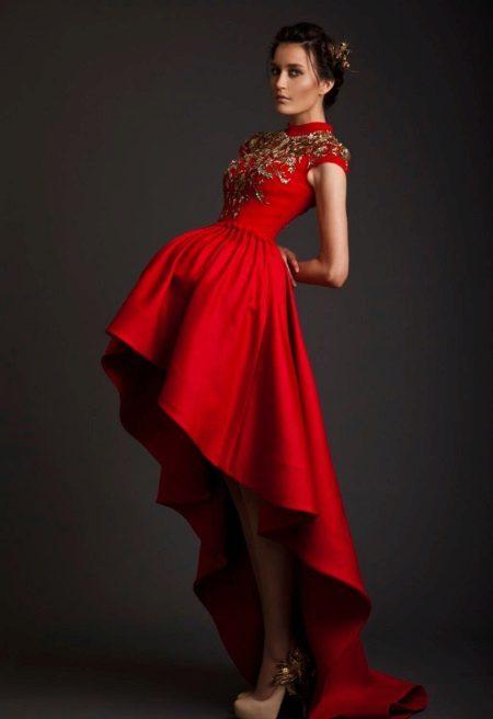Kort klänning med korsett och tåg