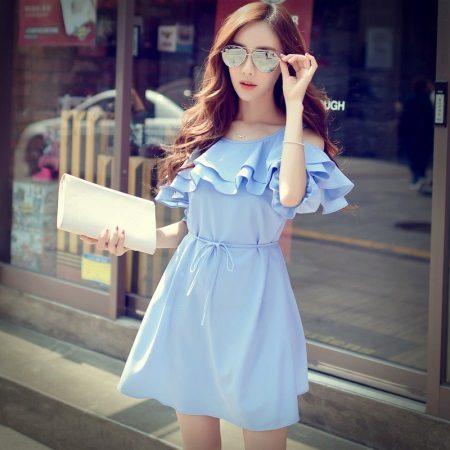 Sininen mekko, jossa hartiat ja rintakehä