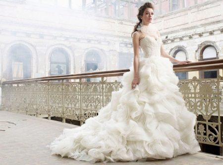 Gaun pengantin dengan skirt diperbuat daripada shuttlecock dengan kereta api