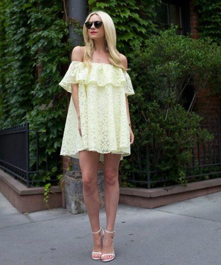 Stiletto-sandaalit mekkoihin, joissa rintakehät rinnassa