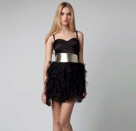Gaun yang pendek pada tali dengan bordir chiffon di skirt