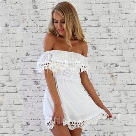 Valkoinen batista-mekko, jossa frills