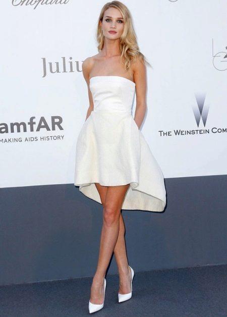 Berpakaian dengan skirt separa matahari dengan bahagian asimetri untuk wanita langsing