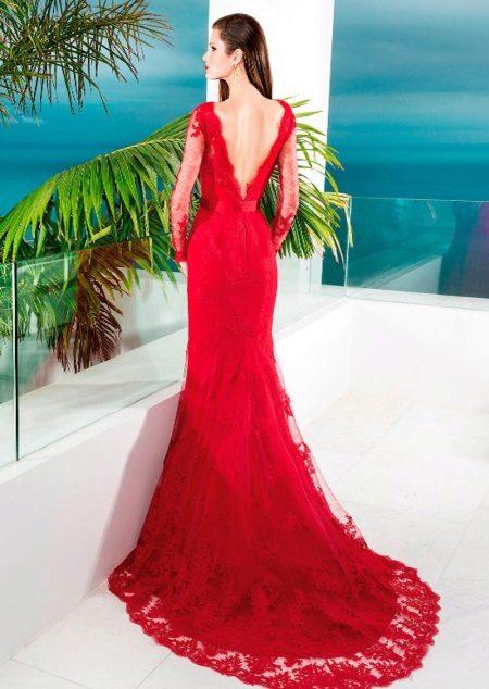 Rød kjole med tog og åpen rygg