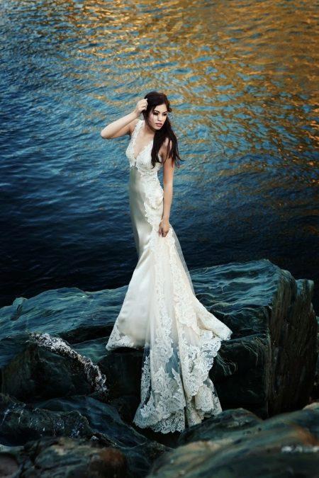Vakker hvit kjole med bluss