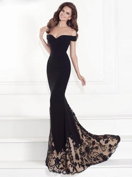 Svart i den svarte kjole med tog