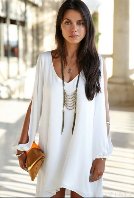 Lyhyt mekko, jossa pitkät hihat