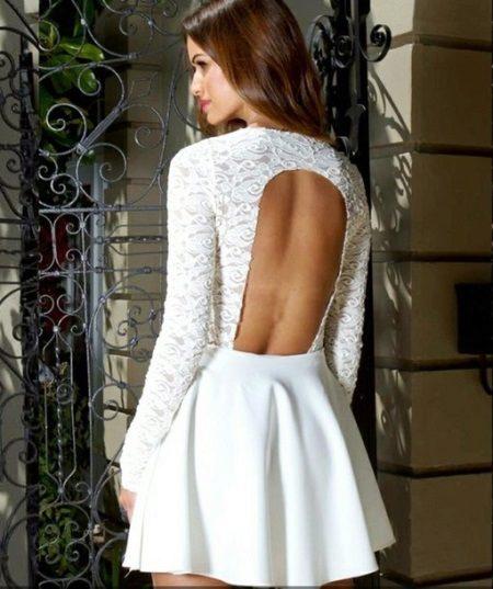 Lyhyt valkoinen mekko, jossa pitkät hihat ja avoin selkä