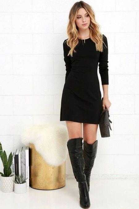 Lyhyt musta mekko, jossa pitkät hihat