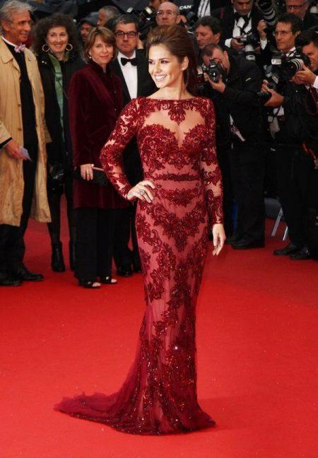 Kaunis burgundinen mekko, jossa pitkät hihat