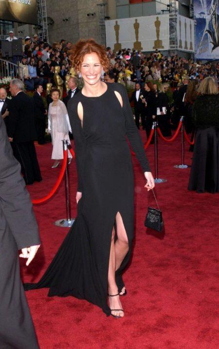 Musta mekko, jossa on pitkät hihat ja avoimet Julia Robertsin kainalot