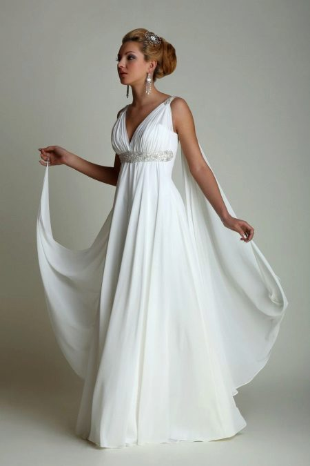 Hvit kjole i gresk stil, flared fra brystet