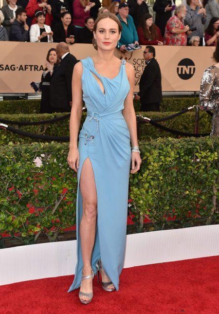 Brie Larson in een jurk van Versace