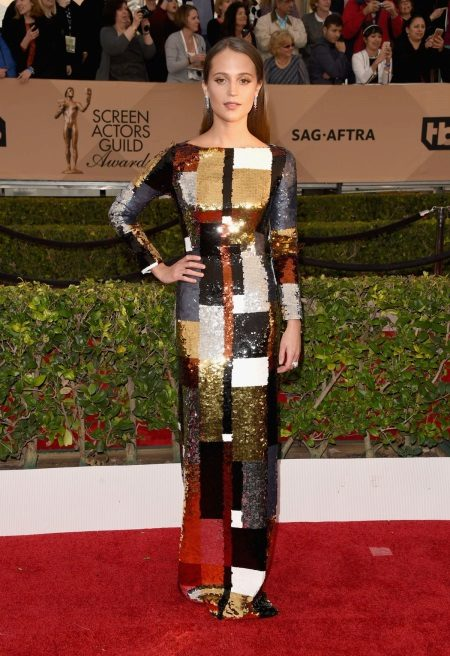 Alicia Wikander in een jurk van Louis Vuitton