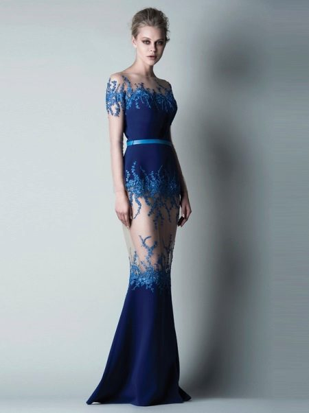 Şeffaf elemanları ile güzel lacivert gece elbisesi