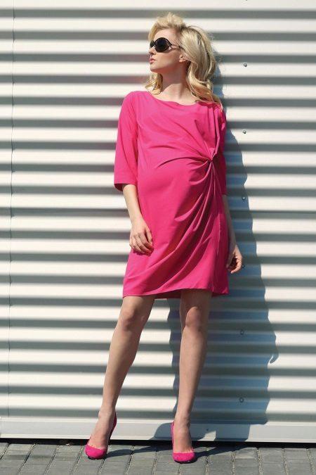Vaaleanpunainen neulepuku raskaana oleville naisille
