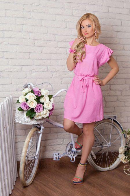 Vaaleanpunainen neulottu mekko