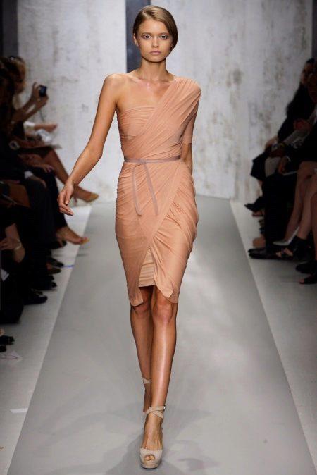 Lyhyt mekko, jossa on verhoilu