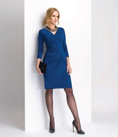 Sininen neulottu mekko, jossa haju