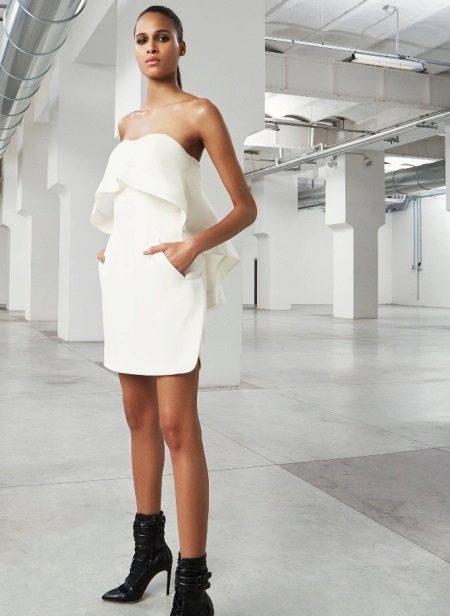 Hvit stroppløs kort kjole