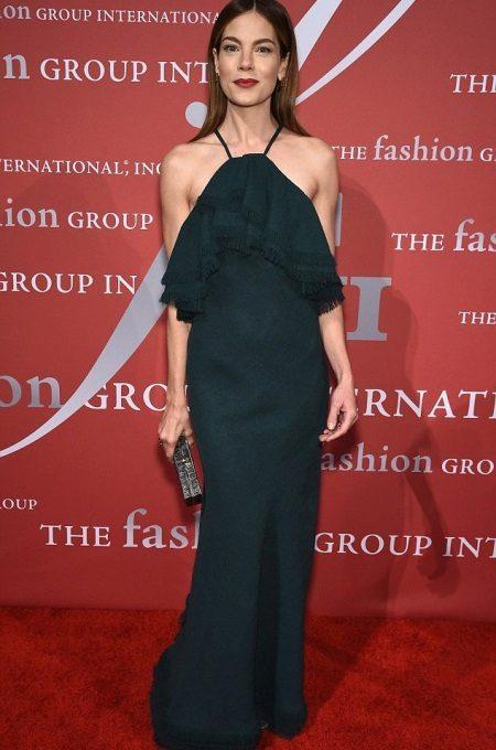 Lang svart kjole med frills på brystet for firma