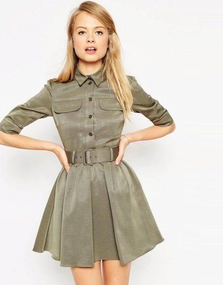Vestido curto com uma saia fofa em estilo militar