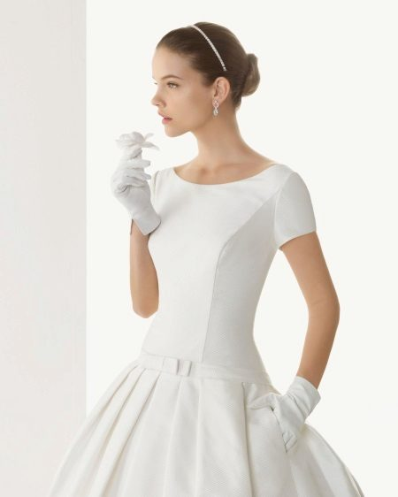 Vestuvių suknelė su trumpomis rankovėmis ir pirštinėmis